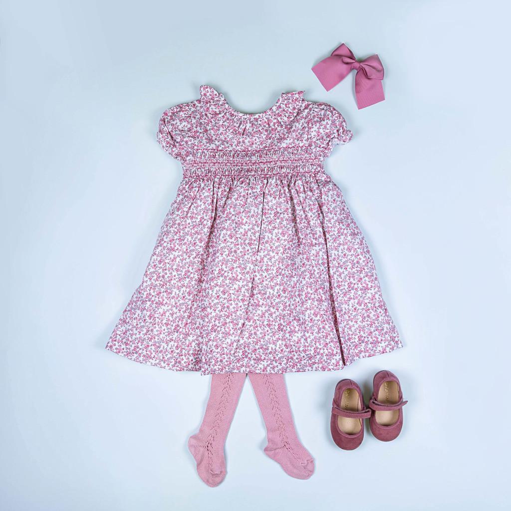 Look de niña en tonos rosas con leotardos y zapatitos a juego